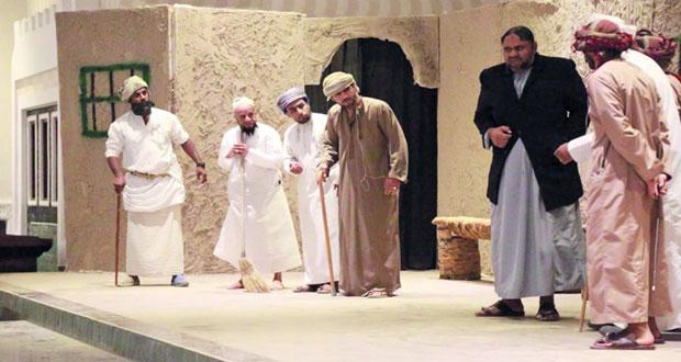 فرقة الشهباء المسرحية تقدم مسرحية «العقر» بنزوى