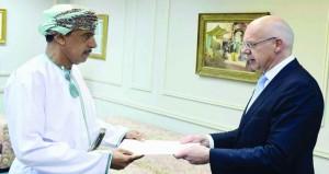 سفير ليثوانيا المعين لدى السلطنة يقدم نسخة من أوراق اعتماده