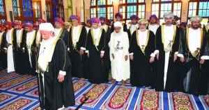 فهد بن محمود يؤدي صلاة العيد بمسجد الخور في مسقط
