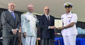 أحد ضباط البحرية السلطانية العمانية يحصل على المركز الأول بالكلية البحرية الأميركية