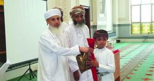 تكريم الطلبة المجيدين بمدرسة القرآن الكريم بجامع السلطان قابوس بمنح