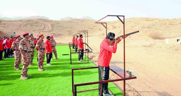 رئيس أركان قوات السلطان المسلحة يفتتح منشآت رياضية ويسلم جوائز البطولة المحلية للرماية
