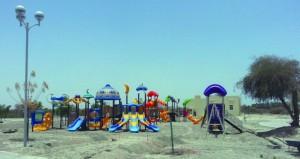 تواصل الجهود فـي تهيئة المرافق الخدمية وتركيب ألعاب الأطفال بالحديقة العامة بمنح