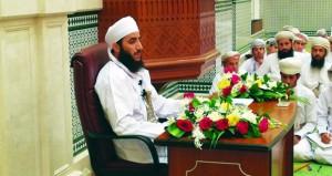 مساعد المفتي العام للسلطنة يلقي محاضرة دينية بجامع السلطان قابوس بجعلان بني بوعلي