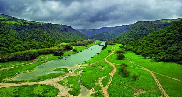 ظفار تستقبل محبي الضباب والخضرة بين الجبال والسهول والهضاب