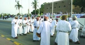 أهالي صحار يقيمون احتفالا شعبياً أمام القلعة التاريخية بعنوان: (صحار بهجة الأنظار)
