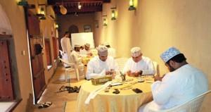 تواصل أعمال البرنامج التدريبي لتأهيل كفايات حرفية في مجال صناعة الفضيات بقلعة نـزوى