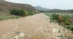 أمطار وجريان بعض الأودية برؤوس جبال الحجر الغربي