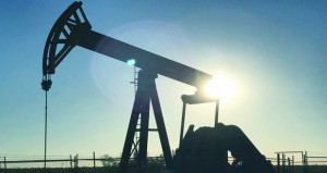 الخام العماني يتراجع أكثر من دولارين وأسعار النفط تواصل الهبوط مع مخاوف وفرة المعروض