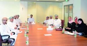 """""""الغرفة"""" و""""مطارات عمان"""" تناقشان آليات تنفيذ برامج التعمين في الشركات العاملة بمطارات السلطنة"""