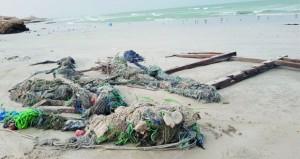 مخلفات وشباك الصيد تحجب جماليات الطبيعة البحرية بشاطئ خلوف في محوت