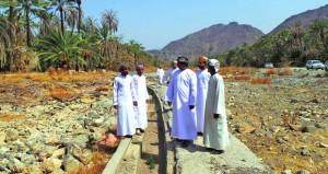 لجنة من موارد المياه بجنوب الباطنة تزور قرى وادي بني هني بالرستاق