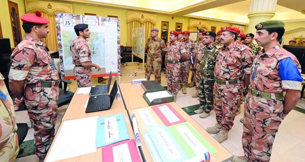 عدد من قادة قوات السلطان المسلحة يزورون موقع تمرين (الحزم) السنوي للدارسين بكلية القيادة والأركان