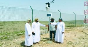 وزير البلديات يطلع على مشروع محطة الاستمطار بجبل القمر في ظفار
