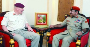 بحث التعاون العسكري بين السلطنة والمملكة المتحدة