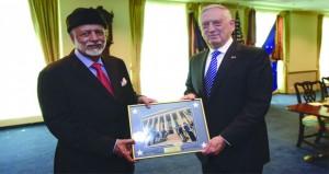السلطنة وأميركا تبحثان آفاقا جديدة لتعزيز التعاون الثنائي الدفاعي