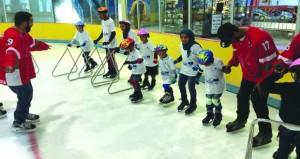 اللجنة العمانية لرياضات التزلج تدرب الأطفال المصابين باضطرابات التوحد
