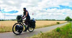الدراج سليمان المعولي يواصل رحلة طواف العالم نحو أوروبا بدراجته الهوائية