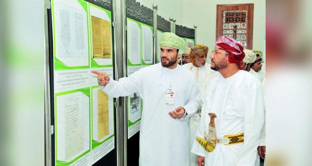 المعرض الوثائقي ضم وثائق ومخطوطات تنبش في التاريخ العماني المجيد