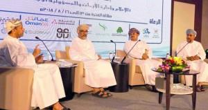 وزير الدولة ومحافظ ظفار يفتتح فعاليات ملتقى الإعلام العربي ومعرضا للصور بصلالة