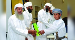 تكريم (33) طالباً و(16) معلماً بمركز عبدالله اللزامي بقريات