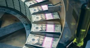 الدولار يهبط والذهب يرتفع