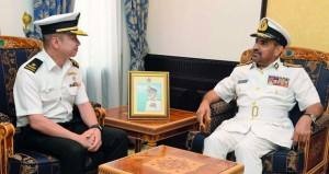 قائد البحرية يستقبل قائد قوة الواجب السنغافورية