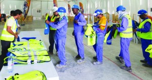 """قطر توزع """"سترات مبردة"""" على عمال مونديال 2022"""