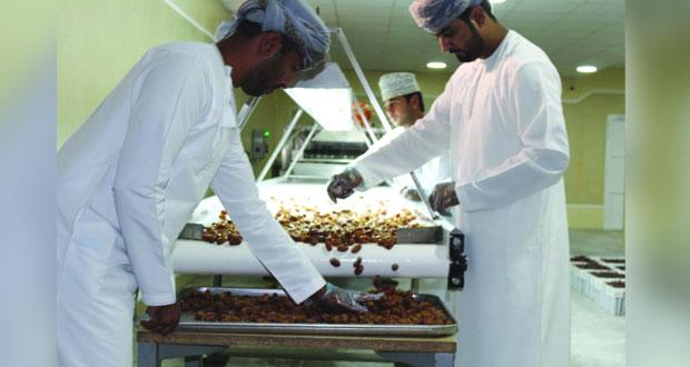 أسرة من عبري تفتتح مصنعا للتمور بإدارة وأيد عاملة عمانية