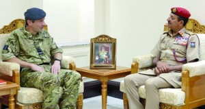 بحث تعزيز التعاون العسكري بين السلطنة والمملكة المتحدة