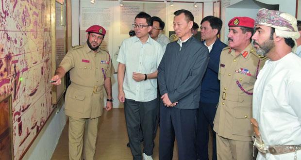 وفد المجلس الوطني للمؤتمر الاستشاري للشعب الصيني يزور متحف قوات السلطان المسلحة