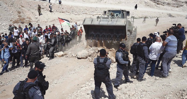 الاحتلال يغلق طرق مؤدية لـ(الخان الأحمر) وسط اعتصامات الفلسطينيين