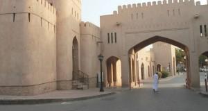 الزوار والسياح يطالبون بخدمات سياحية أساسية بمنطقة قلعة نزوى وأسواقها التقليدية