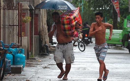 """رياح قوية وأمطار تضرب شمال الفلبين مع اقتراب إعصار """"مانجخوت"""""""