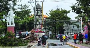 """الفلبين : وفاة 4 أشخاص وانقطاع التيار الكهربي بسبب الإعصار """"مانجخوت"""""""