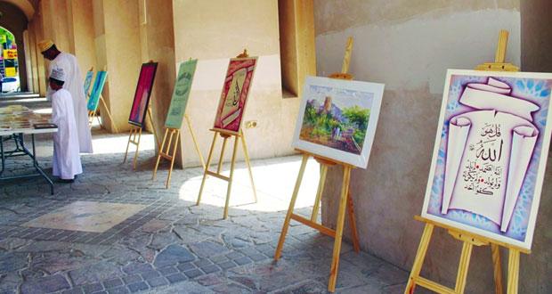 معرض للفنون التشكيلية والخط العربي بسوق بنزوى