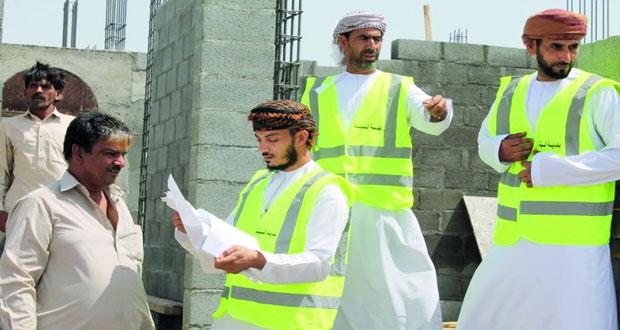 بلديات إزكي وصور والحمراء والبريمي تواصل الزيارات الميدانية للتعريف بلائحة تنظيم المباني