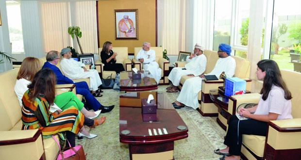 وزير الإعلام ومحافظ مسقط يستقبلان رئيسة الاتحاد الدولي لمكافحة السرطان