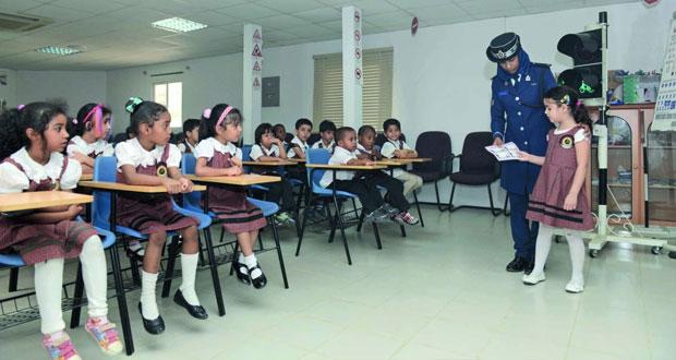 شرطة عمان السلطانية تواصل جهود التوعية بالوسائل المختلفة حرصاً على سلامة الطلبة والطالبات