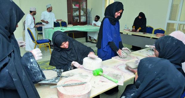 الصناعات الحرفية بمحافظة مسقط تنفذ برنامجا في مجال الفخار والخزف