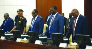 الحكومة السودانية تؤدي القسم.. ورئيسها يتولى حقيبة المال