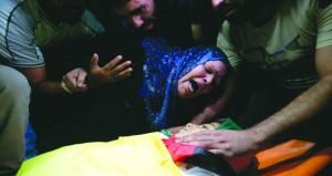 الآف الفلسطينيين يشيعون شهداء (المقاومة خيارنا) بغزة