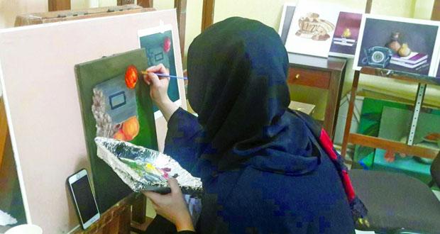 """مرسم الشباب بدائرة التراث والثقافة بمحافظة البريمي يختتم دورة """"رسم الطبيعة الصامتة"""""""