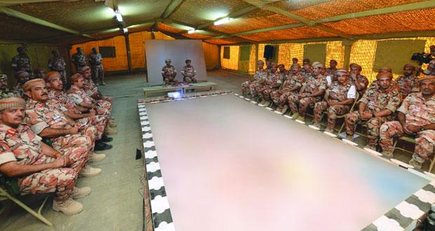 قائد الجيش السلطاني العماني يقوم بزيارة ميدانية إلى القوة البرية بتمريني (الشموخ/٢) و(السيف السريع/٣)