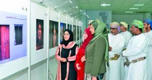 افتتاح المعرض التاسع للمصورات العمانيات بالجمعية العُمانية للتصوير