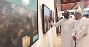 """المعرض الفني """"تجليات بصرية 2″ يقدم إرث إنسان عمان وحكايات أرضه في 33 لوحة فنية"""