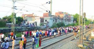 قطار يدهس حشدا من الناس بشمال الهند راح ضحيته 60 شخصا