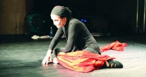 """""""جوغينغ""""عرض مسرحي في عمّان للّبنانية حنان الحاج علي"""