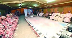 وزير المكتب السلطاني يزور القوة البرية المشاركة