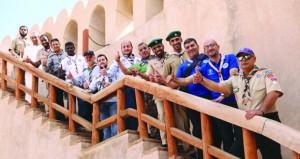 المشاركون في الدورة العربية لتأهيل مشرفي ومسئولي مراكز تدريب الكشافة يزورون المعالم السياحية بنزوى